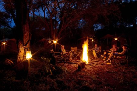 Nachts am Lagerfeuer in Botswana