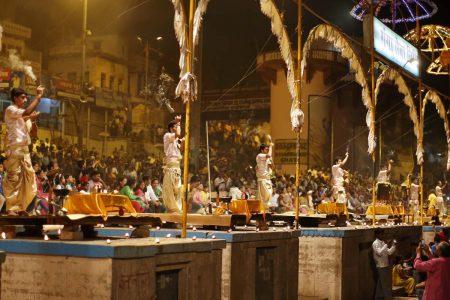 Ganga Aarti Zeremonie an den Ghats von Varanasi